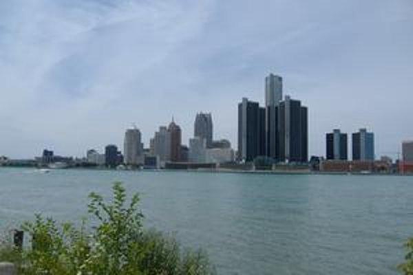 Pohľad z kanadskej strany. RenCen tvorí spolu s ďalšími mrakodrapmi panorámu nábrežia.