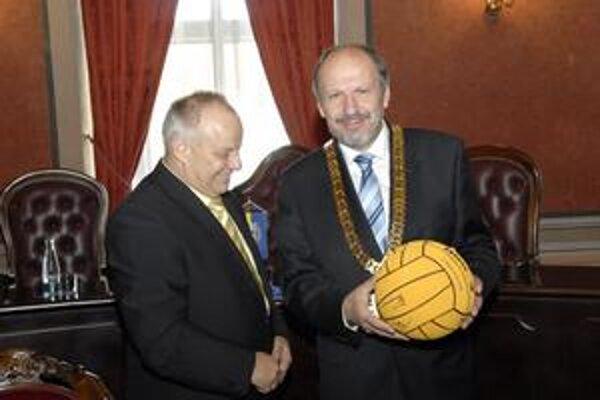 Darček od pólistov. Po vlaňajšej soške dostal tento rok primátor od ČH Hornets loptu s podpismi.