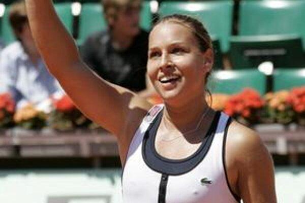 Šťastná víťazka. D. Cibulková máva fanúšikom po životnom výsledku.