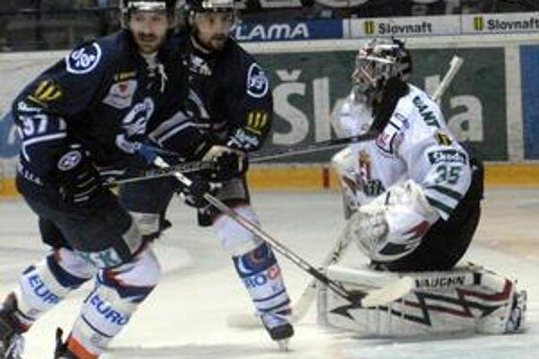 Rudolf Huna (v strede) vedľa spoluhráča Grona sa rozhodol pokračovať v Košiciach.