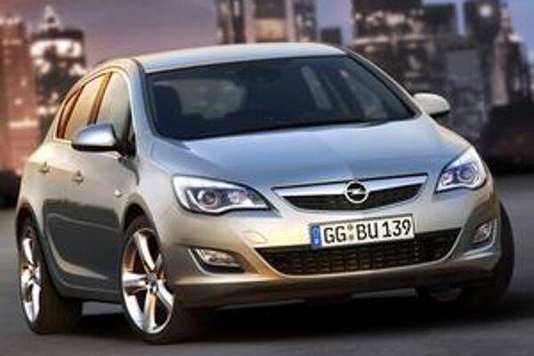 Nový Opel Astra bude mať premiéru na frankfurtskom autosalóne. Dĺžka narástla o 15 cm. Na pohon slúži osem moderných motorov.