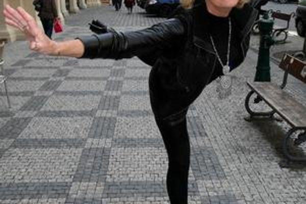 Multifunkčná. Helena je neskutočná, vie spievať, hrať, tancovať, ba aj korčuľovať.