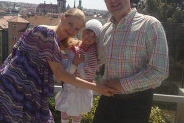 Šťastná rodinka. Na nového člena rodiny sa tešia nielen manželia Klettovci, ale aj ich dcérka Alexandra (5).