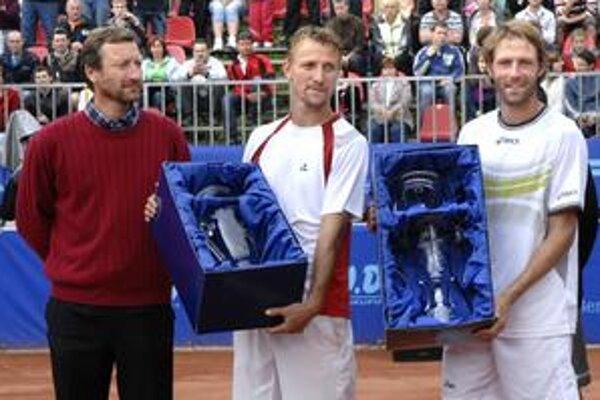 Víťazný Francúz Robert (vpravo) i porazený finalista Čech Vaněk s trofejami. Vľavo Miloslav Mečíř.