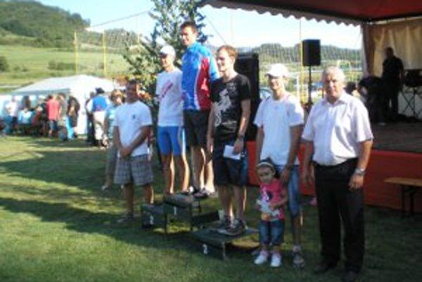 Hlavná kategória muži - na stupni víťazov zľava Arbet, Dávidík, Fedák.