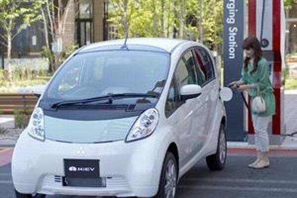 Elektromobil Mitsubishi i-MiEV. V Japonsku sa buduje sieť rýchlonabíjacích staníc