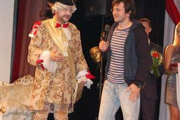 Kráľ a Mokrý. M. Hudák v kostýme Kráľa Slnka a J. Mokrý v riflovo-mikinovom outfite.