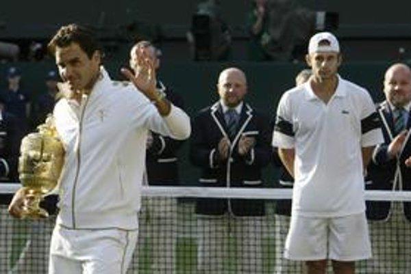 Pri odovzdávaní trofejí. Martin Babík presne v strede medzi Rogerom Federerom (vľavo) a Andym Roddickom.