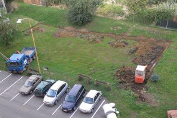Zelená plocha je niekoľko dní oplotená, má na nej vyrásť garážový dom.