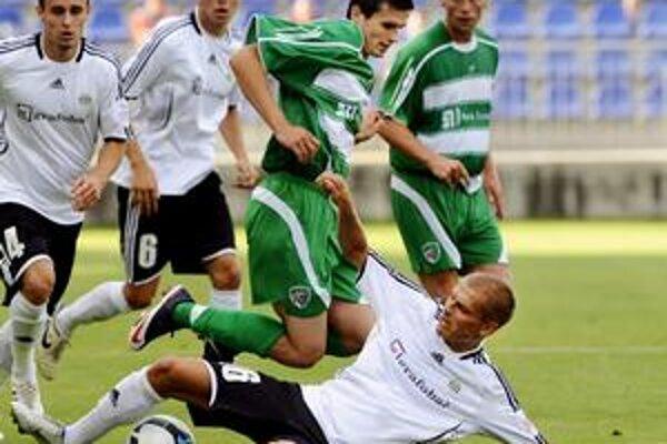 M. Ižvolt (nad brániacim Hílekom) sa v Prešove hneď zapísal prihrávkou na víťazný gól.