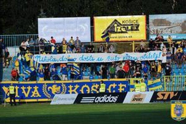 Transparent. Fanúšikovia privítali Nikolu v žlto-modrej rodine.