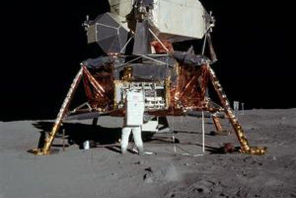 Lunárny modul na Mesiaci. Pred modulom stojí astronaut Buzz Aldrin.