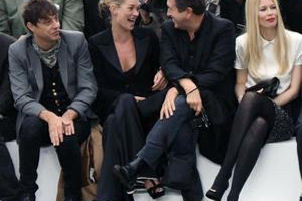 Na módnej šou. Hudobník Jamie Hince (vľavo), Kate Moss v rozhovore s fotografom Máriom Testinom a exmodelkou Claudiou Schiffer.