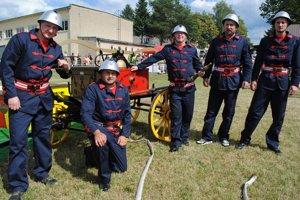 Papínski dobrovoľní hasiči. Na historickú striekačku sú pyšní.