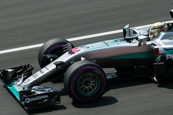 Lewis Hamilton zMercedesu. Zvíťazil pred Maxom Verstappenom aKimim Räikkönenom.