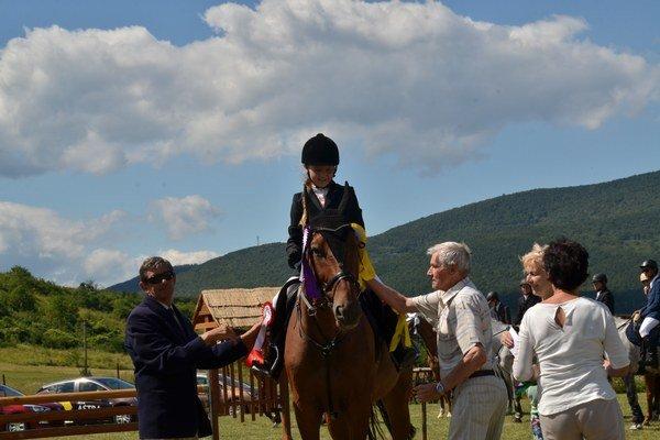Úspech. Arianne Farkašovej gratulujú hlavný rozhodca J. Kuchár (vľavo) ariaditeľ pretekov Barnabáš Szakall.