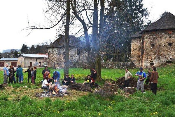 Dobrovoľníci vareáli vodného hradu. Spoločne sa im podarilo vyčistiť celý areál.