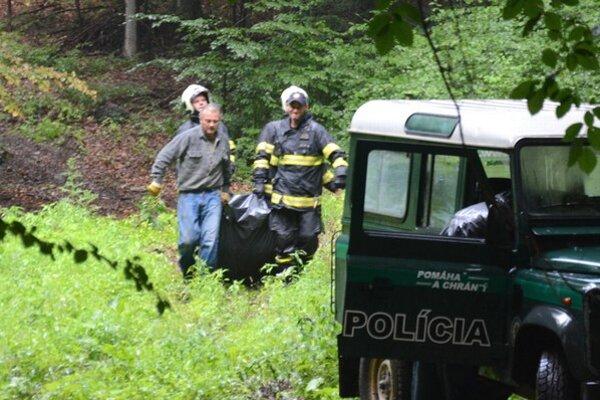 Zásah hasičov. Rožňavskí hasiči znášajú telo muža.