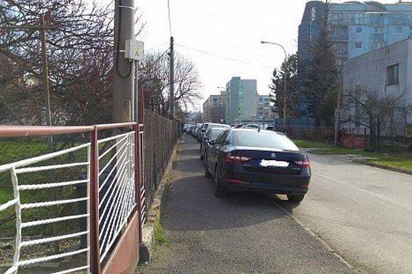Parkovanie na ulici J. Husa vTrebišove. Parkovanie vmeste je dlhotrvajúci problém.