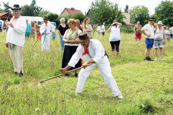 V Cigli sa po šiesty raz súťažilo v kosení trávy ručnou kosou.