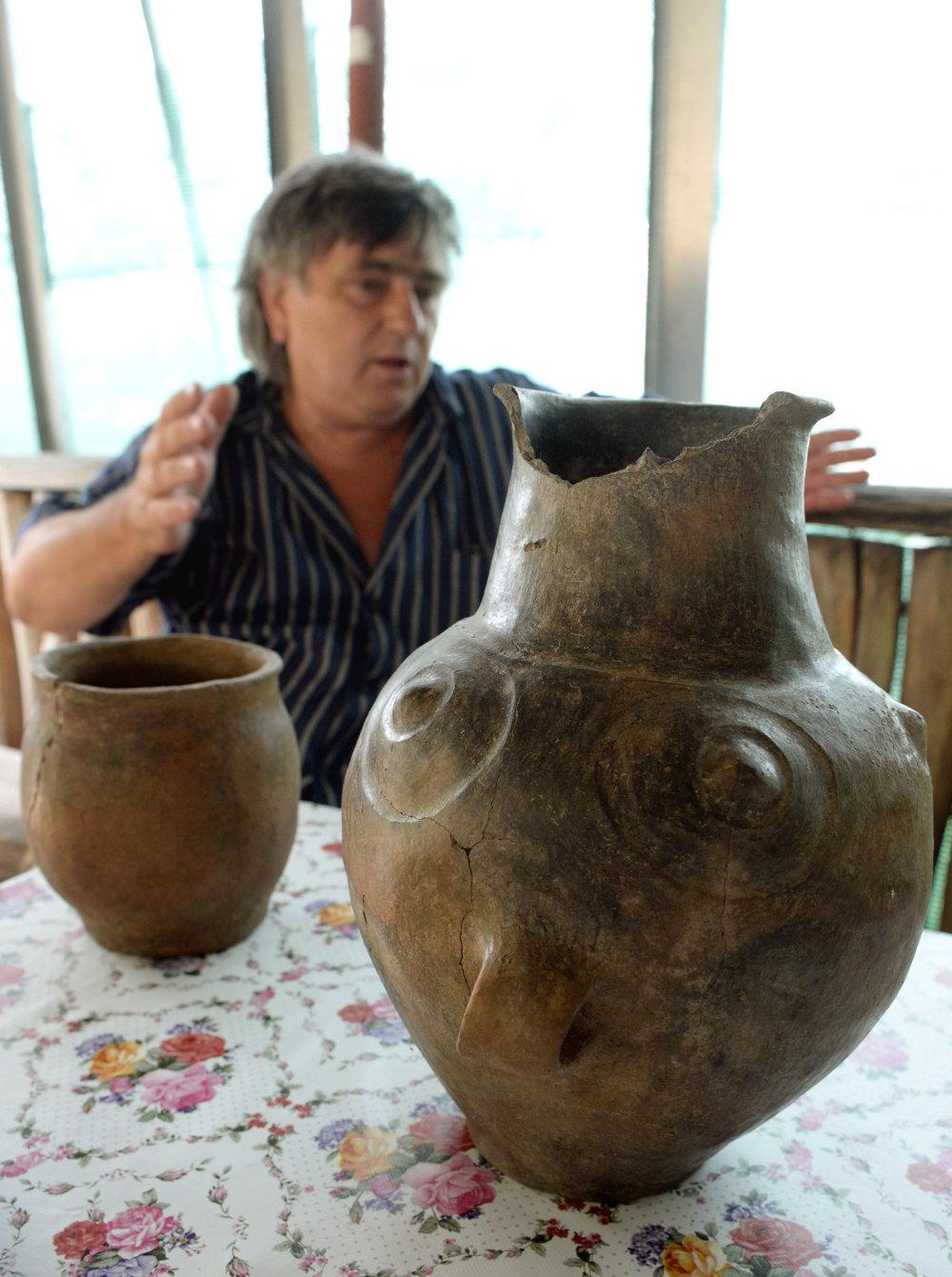 Vpravo amfora z roku 1400 pred naším letopočtom, vľavo vedúci výskumu Ladislav Olexa.