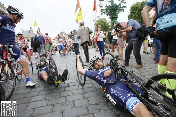 Benefičný pretek okolo Česka z Prahy do Bratislavy a späť, o dĺžke 2222 km a časovom limite 111 hodín, štartoval 2. augusta (utorok) z Pražského hradu.