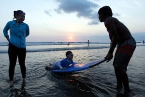 Pre Indonézanky sú cudzinci lákadlom.