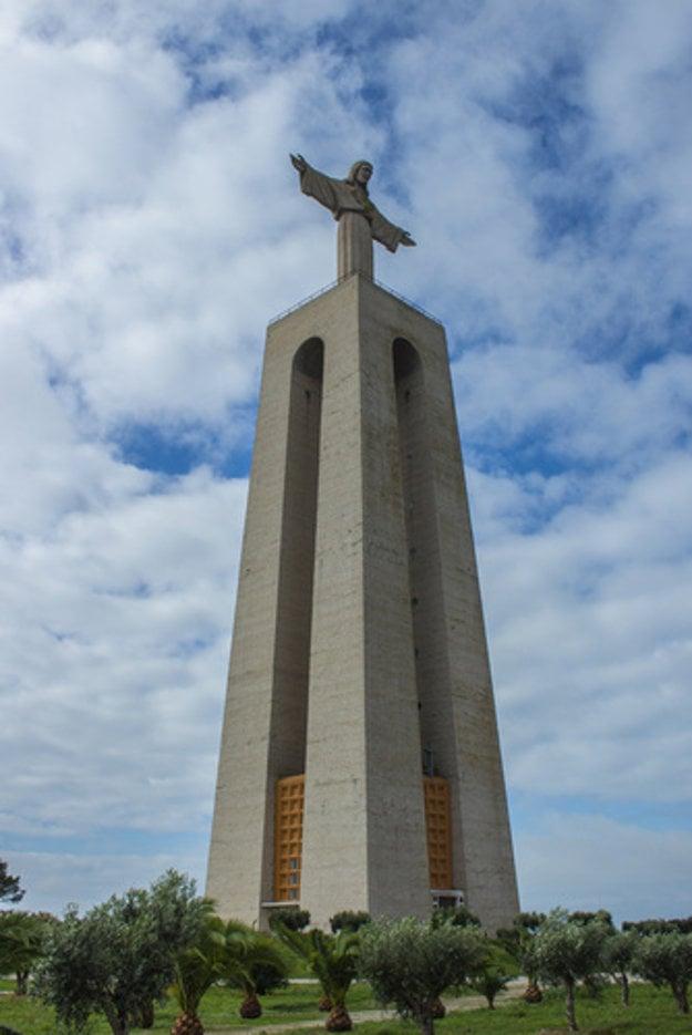 Socha Krista v Lisabone je o dva metre menšia ako socha v brazílskom Rio de Janeiro.