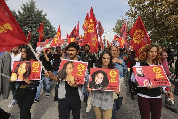Turci smútia v uliciach Ankary, Istanbulu aj Dyiarbakira.