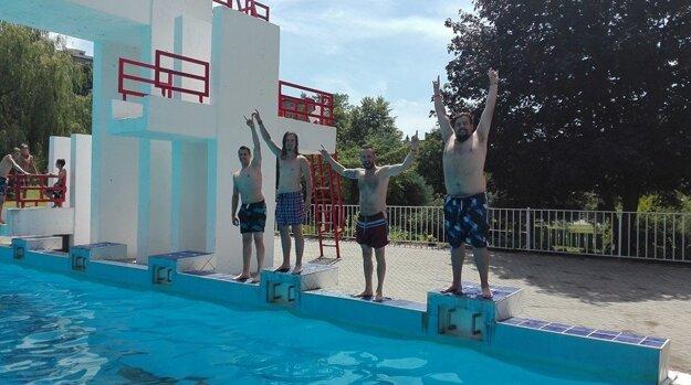 Stačí im aj slovenský bazén. Robo Šimko s kapelou nie sú nároční.