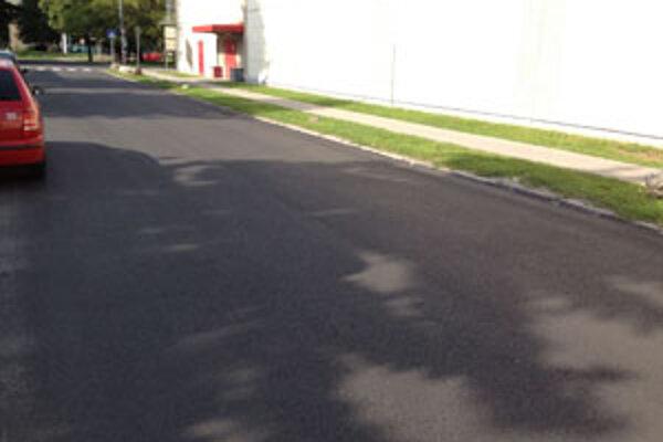Nový asfalt je konečne na ceste za Kauflandom, ktorá bola plná jám.