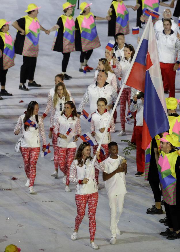 Slováci vstúpili na plochu ako 66. krajina v poradí. Vlajku niesla strelkyňa Danka Barteková.