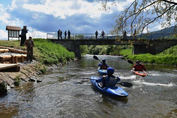 Kajakári opúšťajú prístavisko Hrabušovský Mlyn na rieke Hornád.