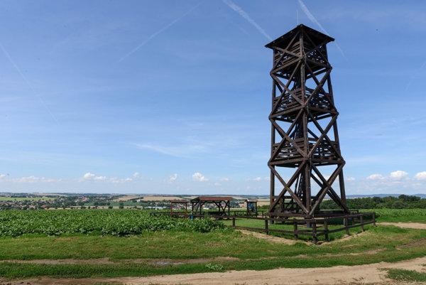 Rozhľadňa meria 15 metrov a ponúka výhľady do okolia.