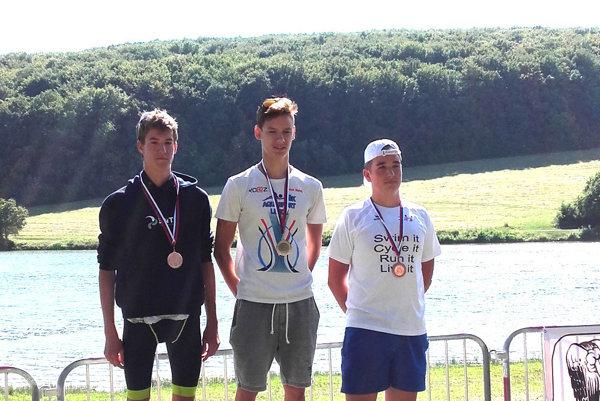 Matej Grman (v strede) sa stal víťazom v kategórii dorastencov.
