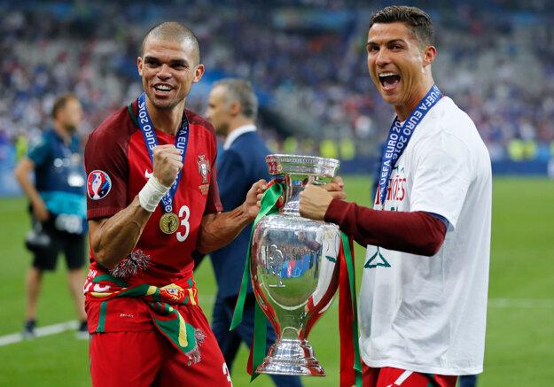 Cristiano Ronaldo (vpravo) a Pepe môžu získať ďalšiu trofej. Ani jeden z nich sa ale v zápase proti Seville neobjaví.