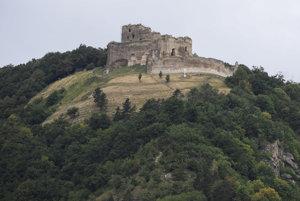 Pohľad na Kapušiansky hrad z obce Kapušany.
