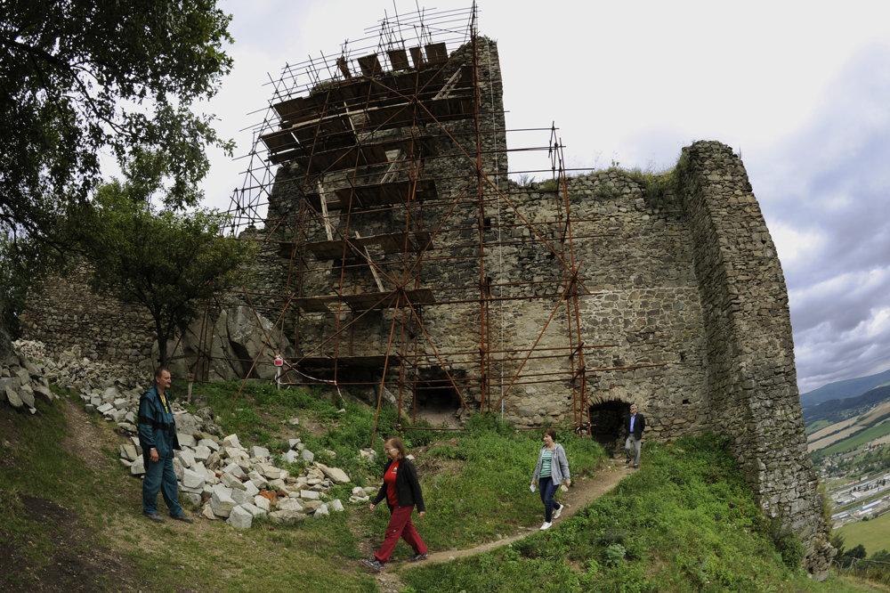 Múr s lešením od severnej strany čaká tiež rekonštrukcia.