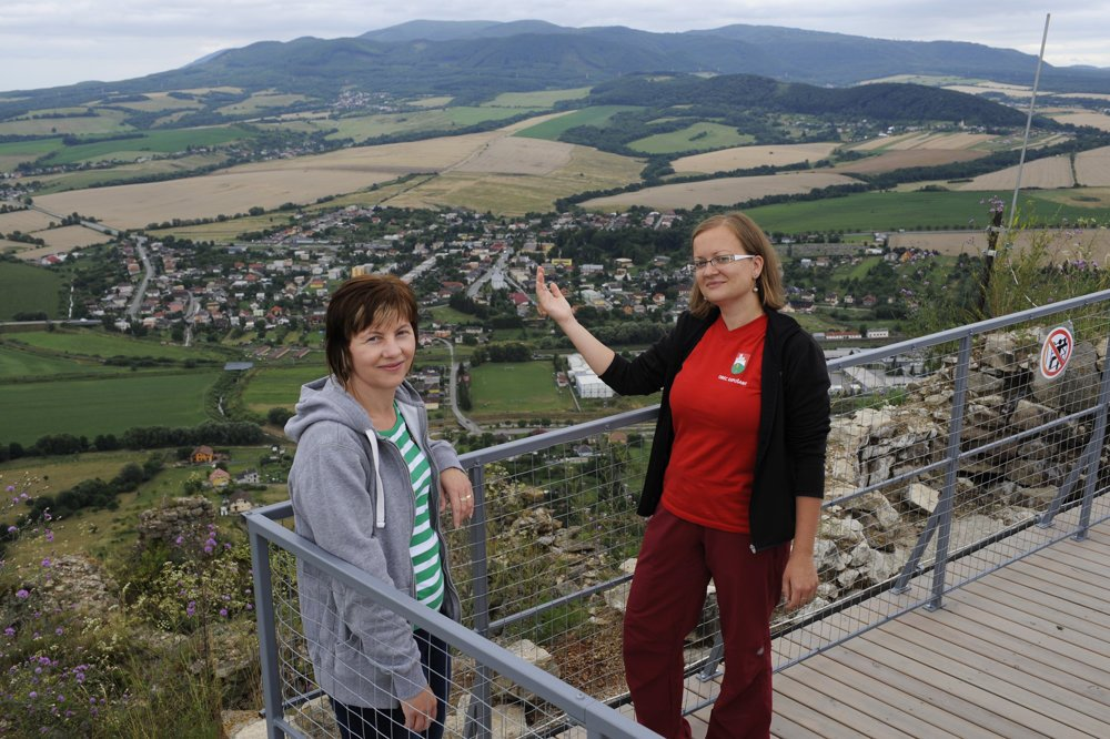 Vpravo sprievodkyňa Monika Stašková a vľavo pracovníčka obce na vyhliadke z hradnej veže nad obcou Kapušany Mária Gállová, v pozadí sú Slanské vrchy.