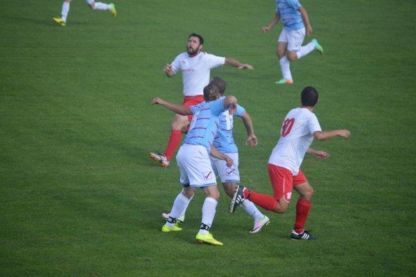 Veľké Bierovce/Opatovce (v červeno-bielom) v prvom kole nešetrili nováčika z Brestovca.