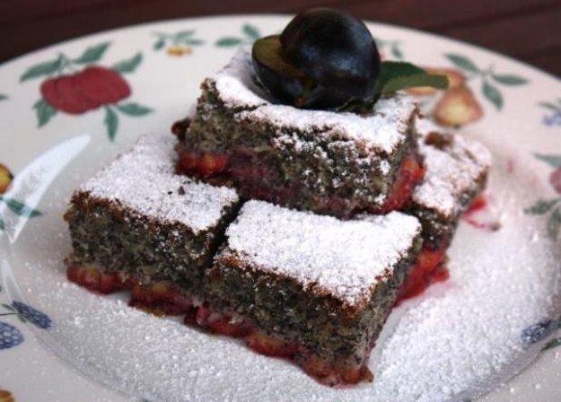 Šťavnatý makovo-slivkový koláčik