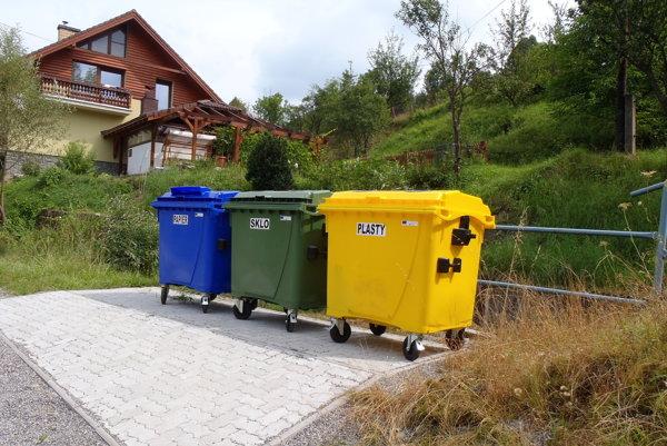 V Zborove nad Bystricou môžu chatári odovzdávať jednotlivé zložky vyseparovaného odpadu buď na stanovištiach, rozmiestnených priamo vobci, alebo majú možnosť doviesť odpad priamo do zberného dvora.
