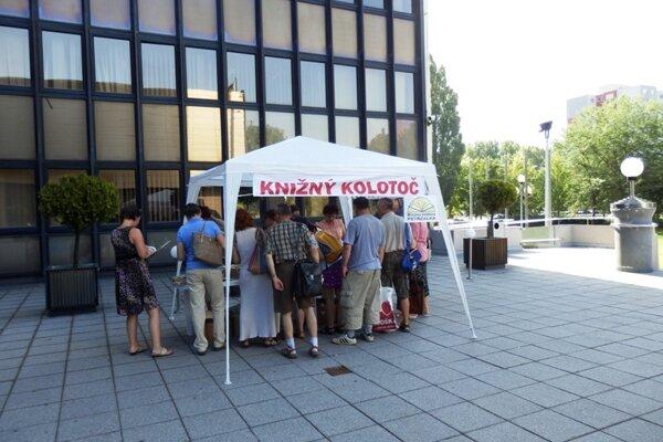 Druhú šancu knihám z petržalskej miestnej knižnice dajú Petržalčania počas podujatia Knižný kolotoč 10. augusta.