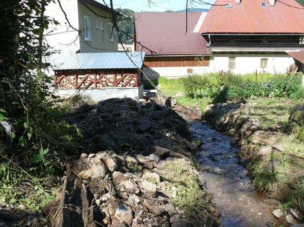 Tento potôčik za domom Luscoňovcov sa po prívale dažďa poriadne rozbesnel.