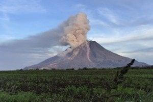 Indonézska sopka Sinabung zintenzívnila erupčnú aktivitu.