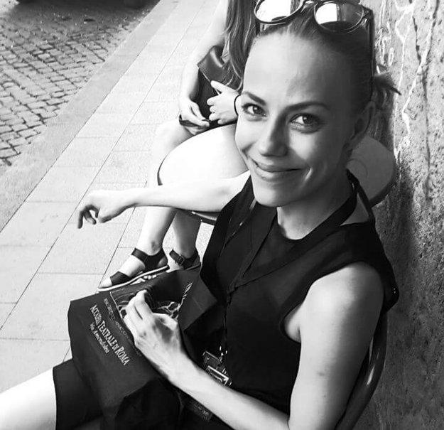 Vysmiata herečka čaká na svoje prvé espresso počas talianskeho pobytu.