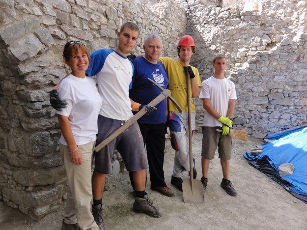 Časť dobrovoľníkov, ktorí tento rok pracujú na hrade Hrušov. V popredí je Stanislava Blahová.