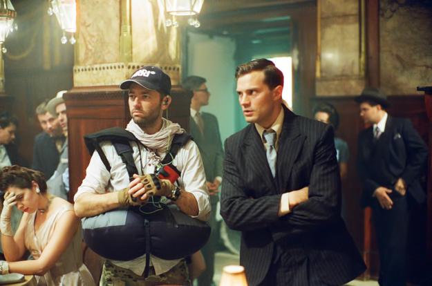 Jamie Dornan a režisér Sean Ellis pri nakrúcaní.
