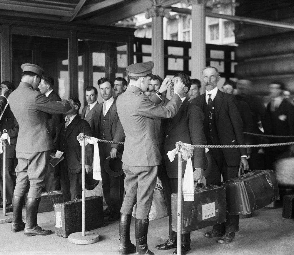 Po príchode na Ellis Island sa prisťahovalci podrobili zdravotnej prehliadke.