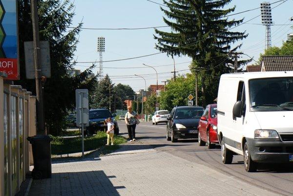 K niektorým obchodom na Nedožerskej ceste sa dá dostať len po krajnici frekventovanej cesty.